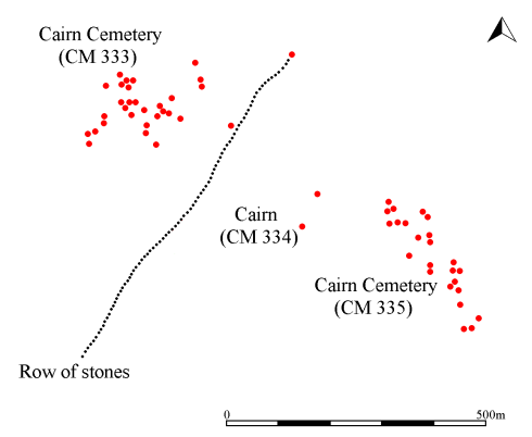 Simplified plan showing the position and orientation of the stone alignment relative to the adjacent cairns (red circles). The stone alignment leads from SN 68935 10329 to SN 68522 09736.